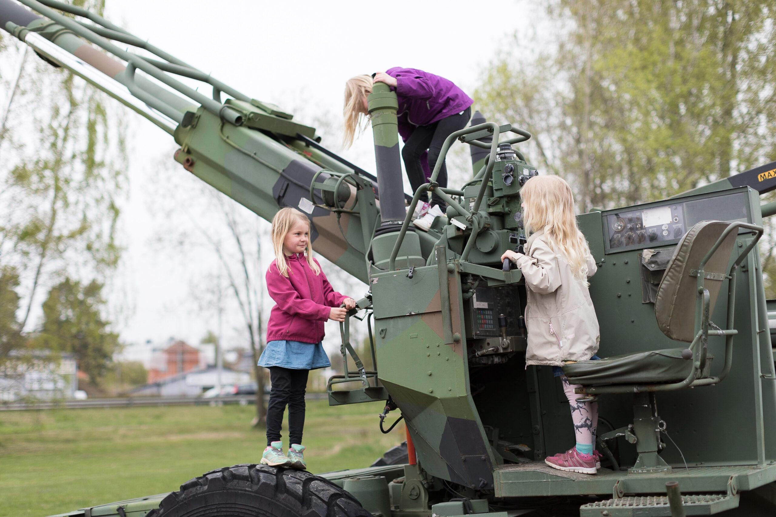 militärfordon-museum-karlstad-brigadmuseum-värmland-lek-upplevelsemuseum-barn